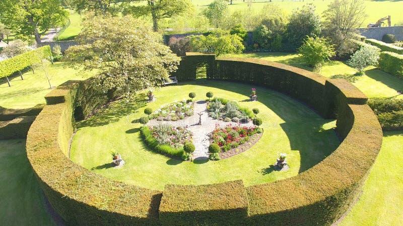 Blommor, buskar och växter i Walled trädgårdar arkivbild