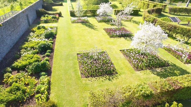 Blommor, buskar och v?xter i Walled tr?dg?rdar royaltyfri bild