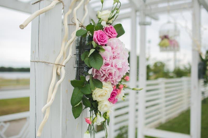 Blommor dekorerar ett härligt bröllop fotografering för bildbyråer