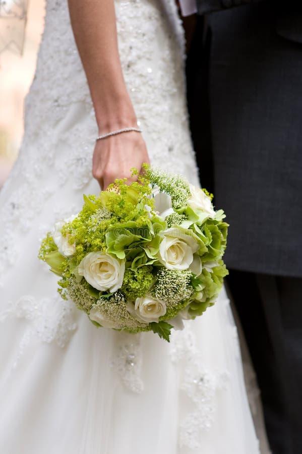 Blommor för brudholdingbröllop royaltyfria bilder