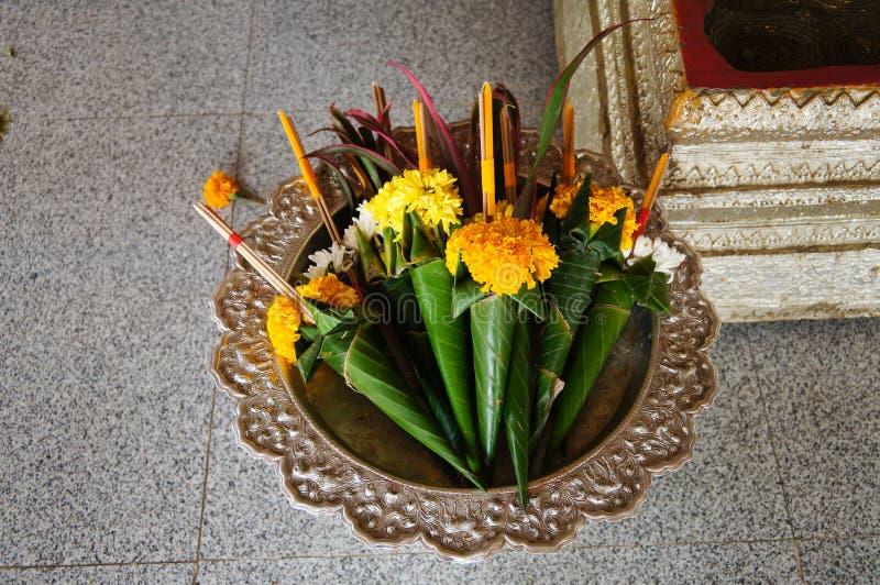Blommor för den dyrkanbuddha statyn på Wat Phra Kaew Don Tao, lampa arkivbilder