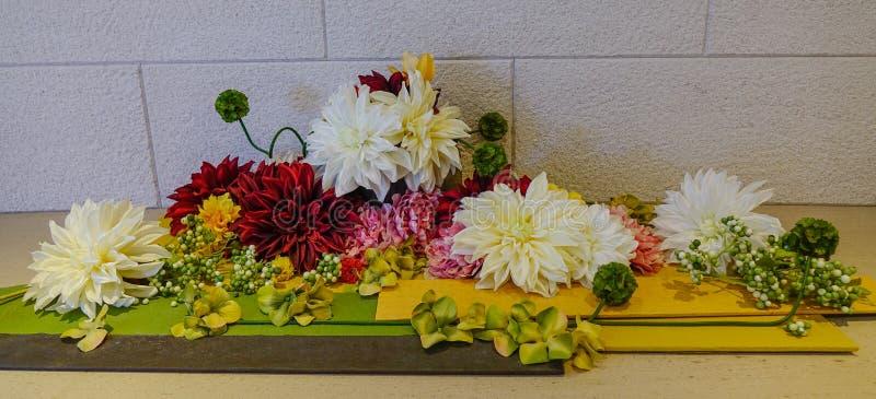 Blommor för garnering på det eleganta hotellet arkivbild