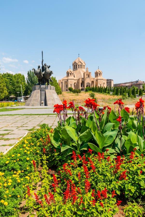 Blommor framme av St Gregory illuminationsenheten Cathedral, Yerevan fotografering för bildbyråer
