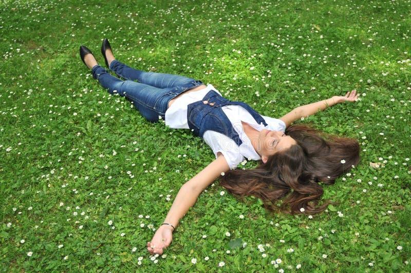 blommor gräs liggande kvinnabarn fotografering för bildbyråer