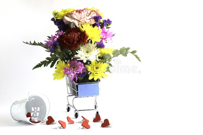 Blommor i en Shopping Cart-modell royaltyfri bild
