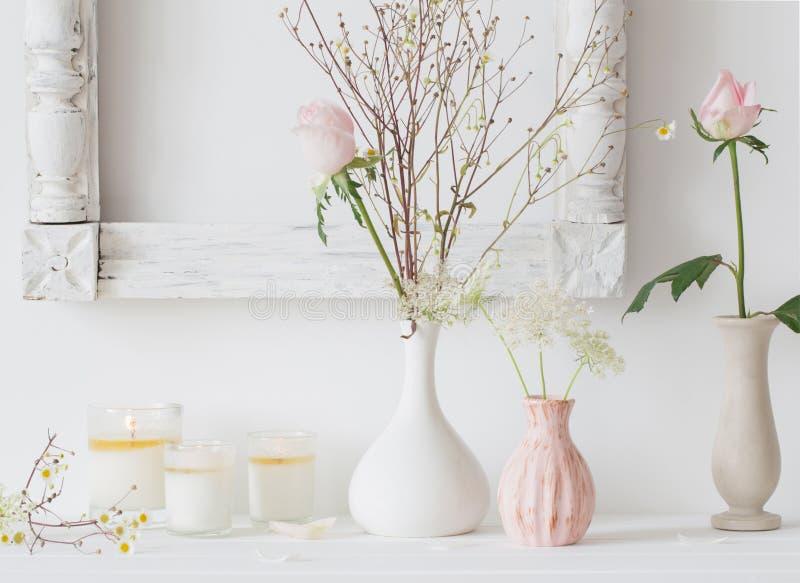 Blommor i en vas och stearinljus royaltyfri fotografi