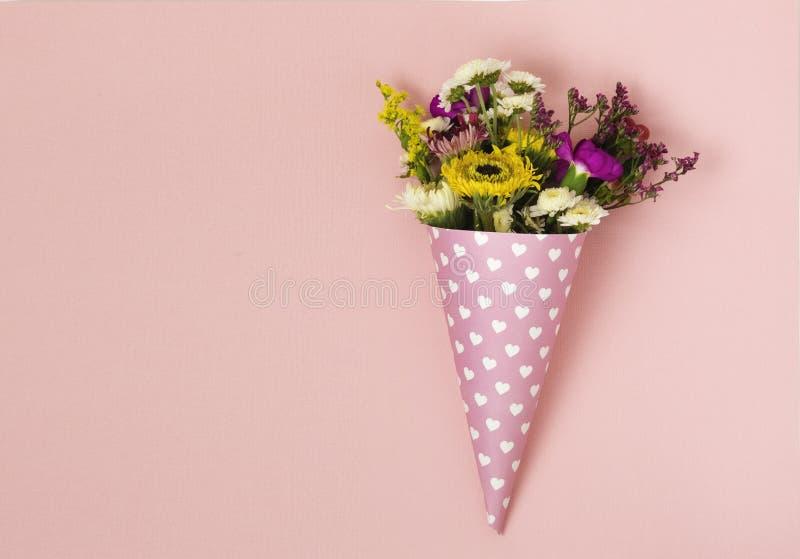 Blommor i ett horn för glass fotografering för bildbyråer