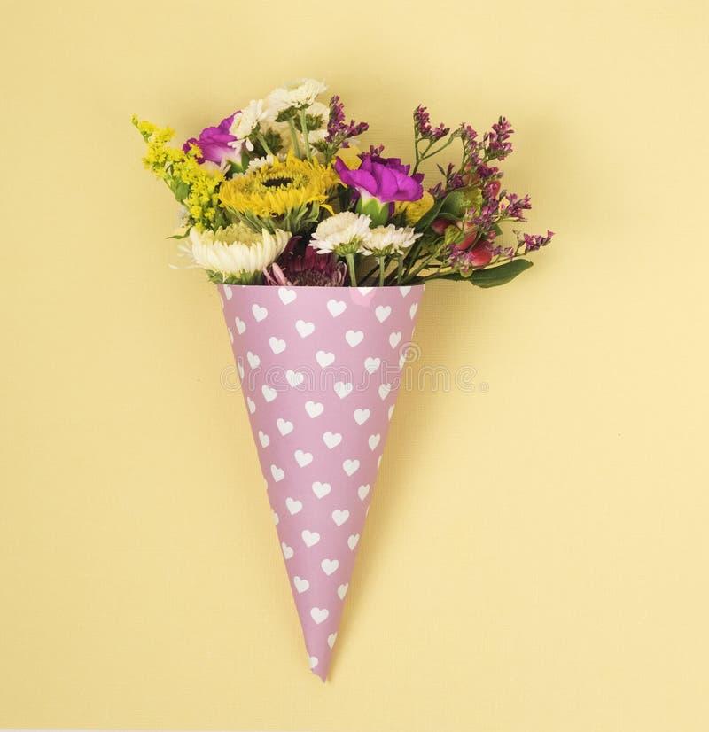 Blommor i ett horn för glass royaltyfri foto