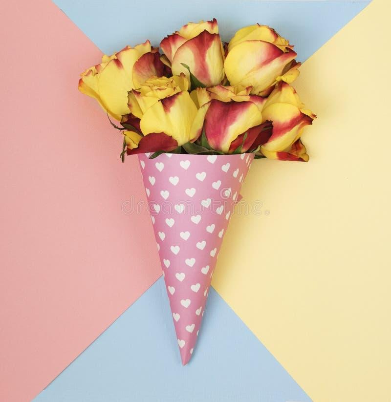 Blommor i ett horn för glass arkivfoto