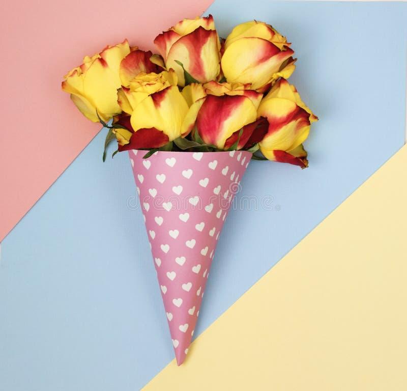 Blommor i ett horn för glass royaltyfria foton