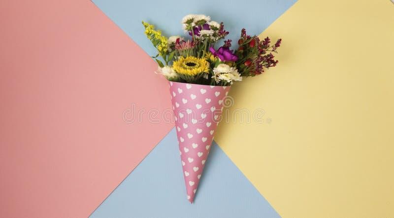 Blommor i ett horn för glasspop-konst royaltyfri foto