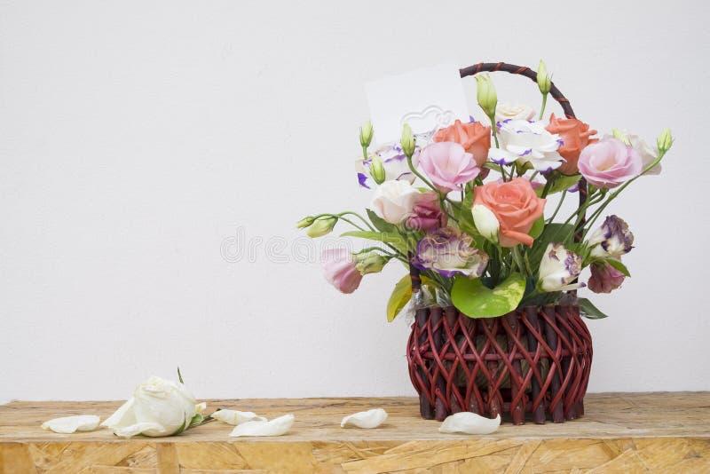 blommor i korg på trä arkivfoto
