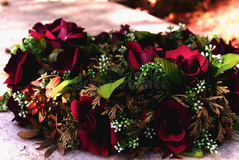Blommor i kyrkogårdgravvalvminnesmärke fotografering för bildbyråer