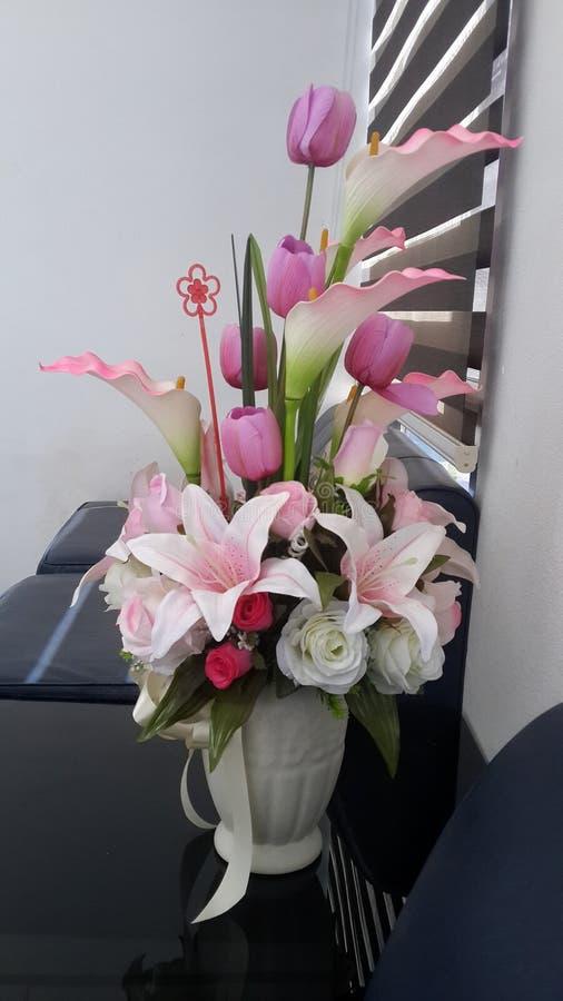 Blommor i mitt kontor royaltyfri bild