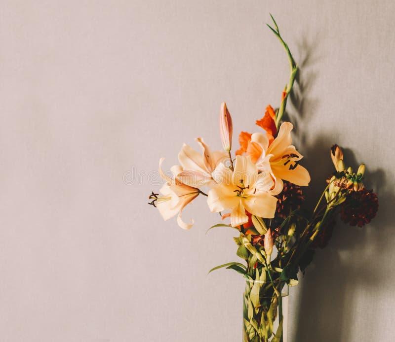Blommor i rum royaltyfria bilder
