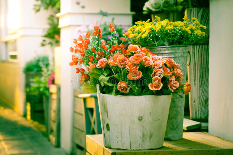 Blommor i trähinken, filtrerad tappning arkivfoton