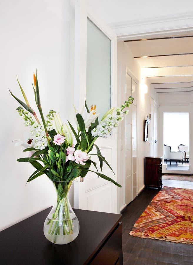 Blommor i vase royaltyfria bilder