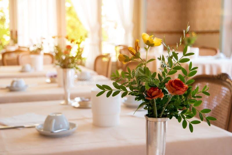 Blommor med sidor i vas royaltyfri foto