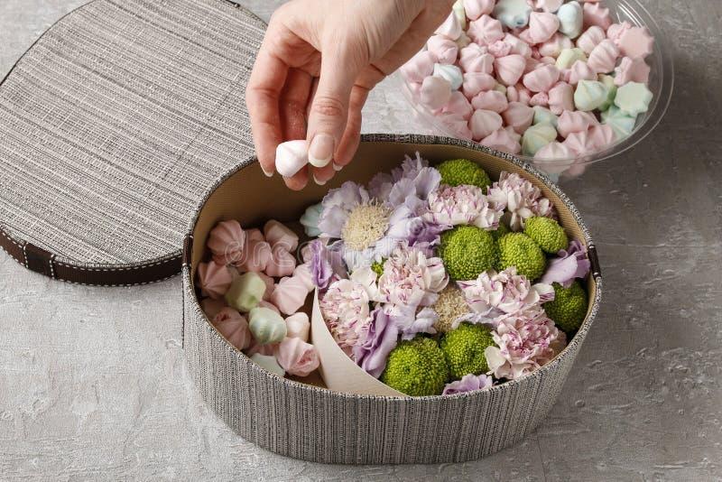 Blommor och sötsaker i tecknad film boxas - hur man gör förtjusande gåva, s arkivbild