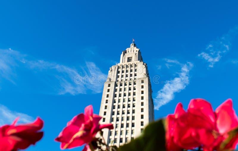 Blommor på byggnaden för den Louisiana statKapitolium parkerar royaltyfri fotografi