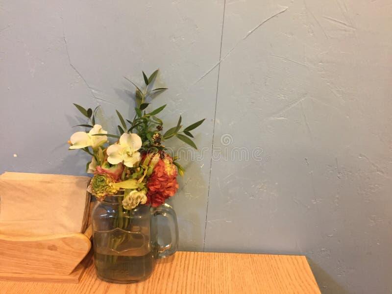 Blommor på det trä arkivfoto