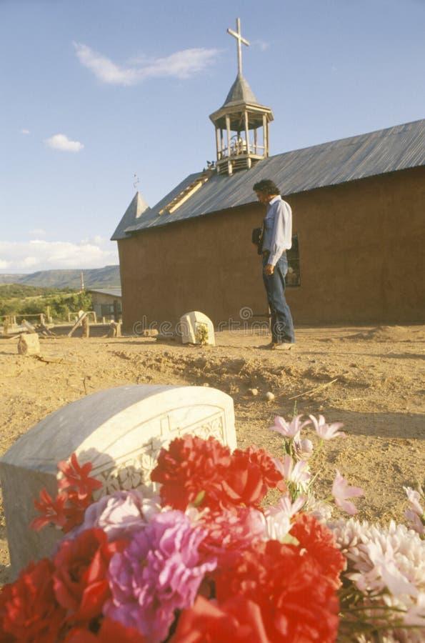 Blommor på en grav arkivfoton