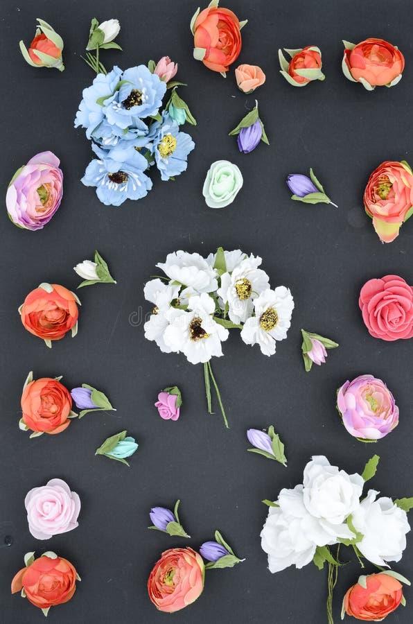 Blommor på en svart, sammansättning royaltyfri foto