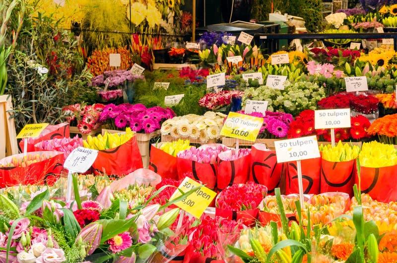 Blommor på ett stånd royaltyfri foto