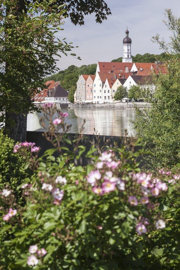 Blommor på floden av Landsberg am Lech arkivbild
