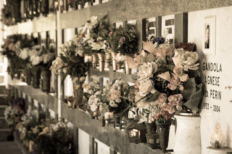 Blommor på gravar, Italien arkivfoto