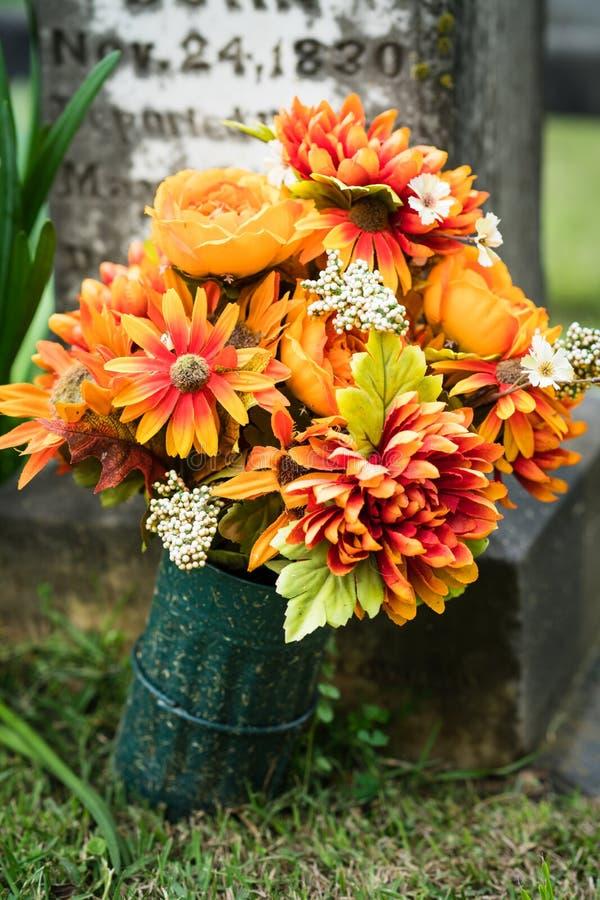 Blommor på graven arkivfoton