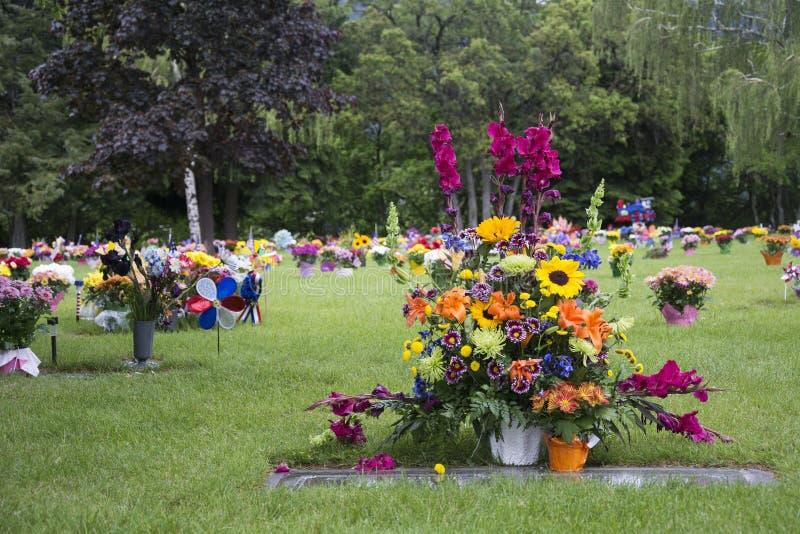 Blommor på Graveside royaltyfri fotografi