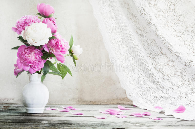 Blommor på träbakgrund fotografering för bildbyråer
