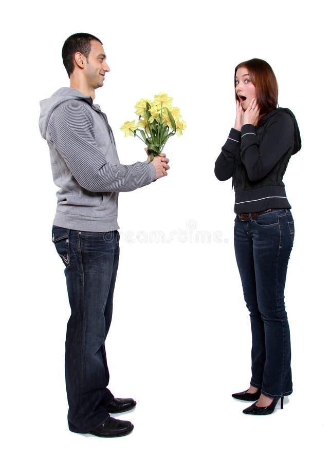 blommor som ger mannen arkivbilder