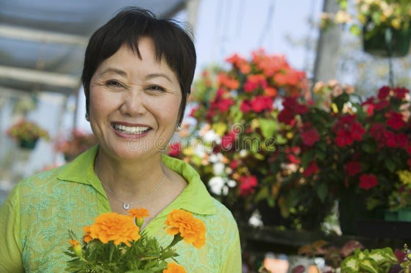 blommor som rymmer kvinnan royaltyfria foton