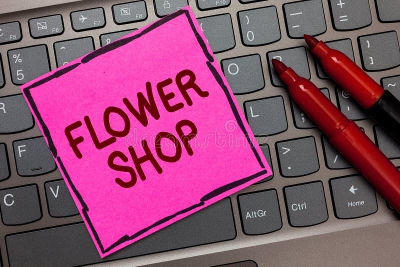 Blomsterhandel för textteckenvisning Begreppsmässigt foto var snittblommor säljs med garneringar för tangentbordet Inspirat för g arkivfoton