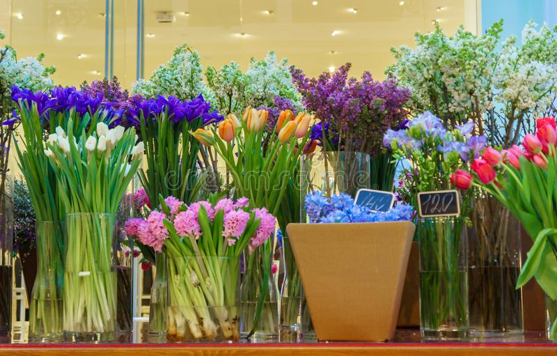 Blomsterhandelbegrepp Härlig älskvärd bukett för närbild av blandade blommor på trätabellen Blommar sammansättning Abstrakt begre arkivfoton