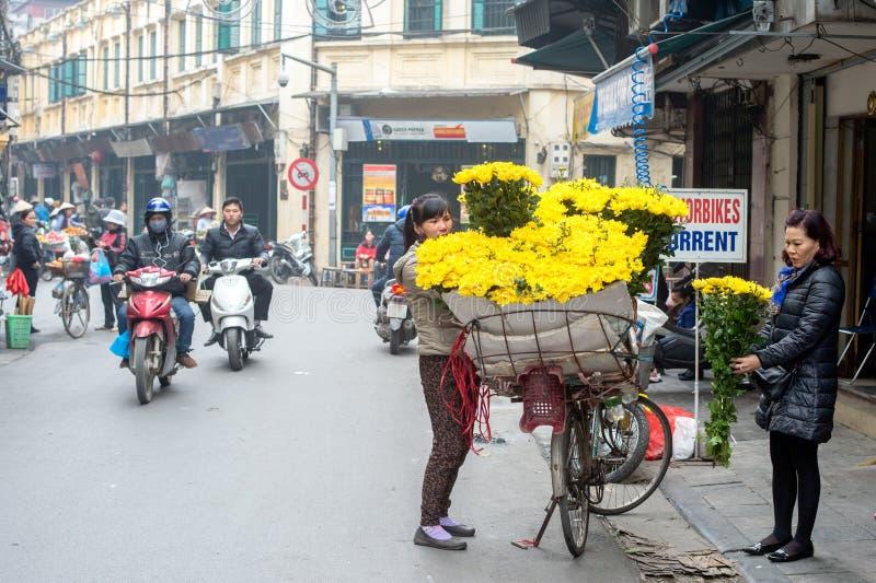 Blomsterhandeln rullar på in Hanoi fotografering för bildbyråer