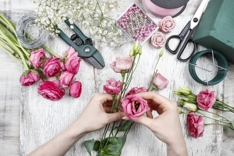 Blomsterhandlare på arbete royaltyfria foton