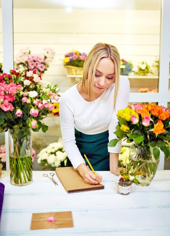 Blomsterhandlare på arbete royaltyfri bild