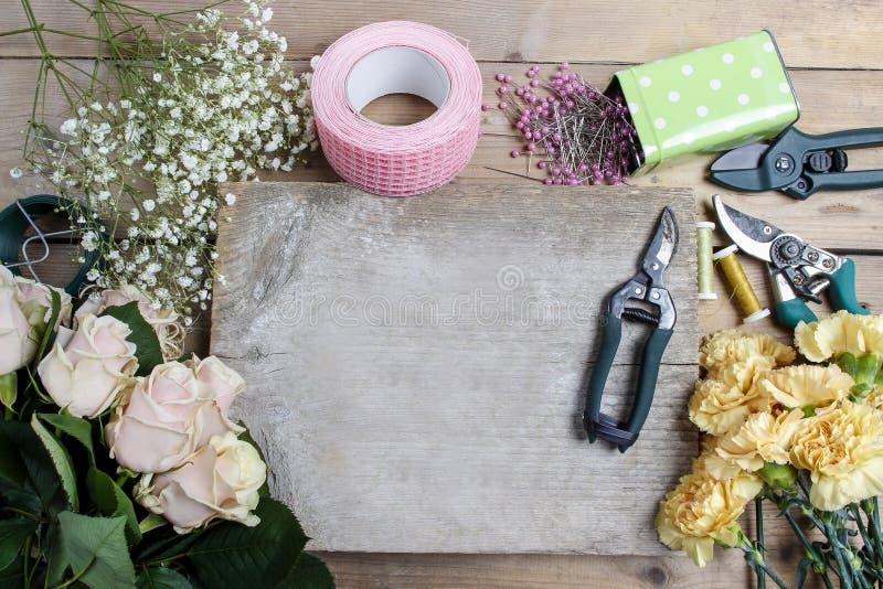 Blomsterhandlare på arbete Bukett för kvinnadanandebröllop royaltyfri foto