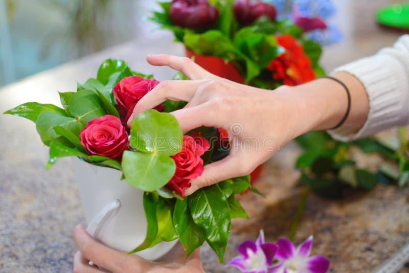 Blomsterhandlare på arbete i blomsterhandeln royaltyfri bild