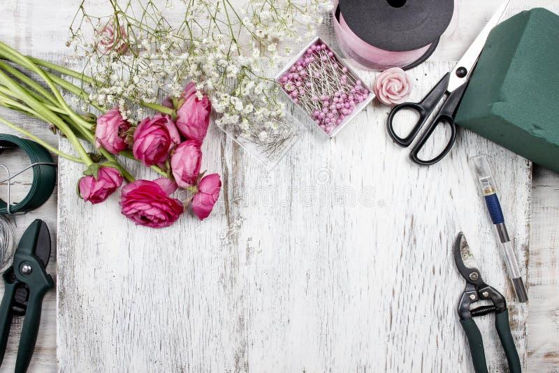 Blomsterhandlare på arbete Kvinna som gör den härliga buketten arkivfoton