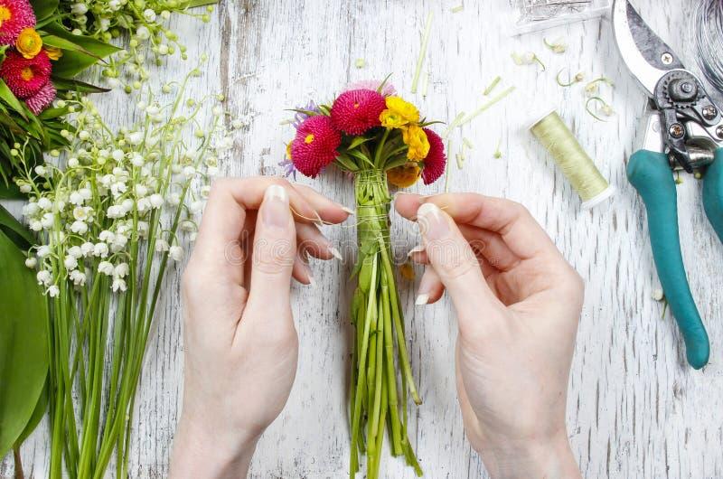 Blomsterhandlare på arbete Kvinnadanandebukett av lösa blommor arkivfoton