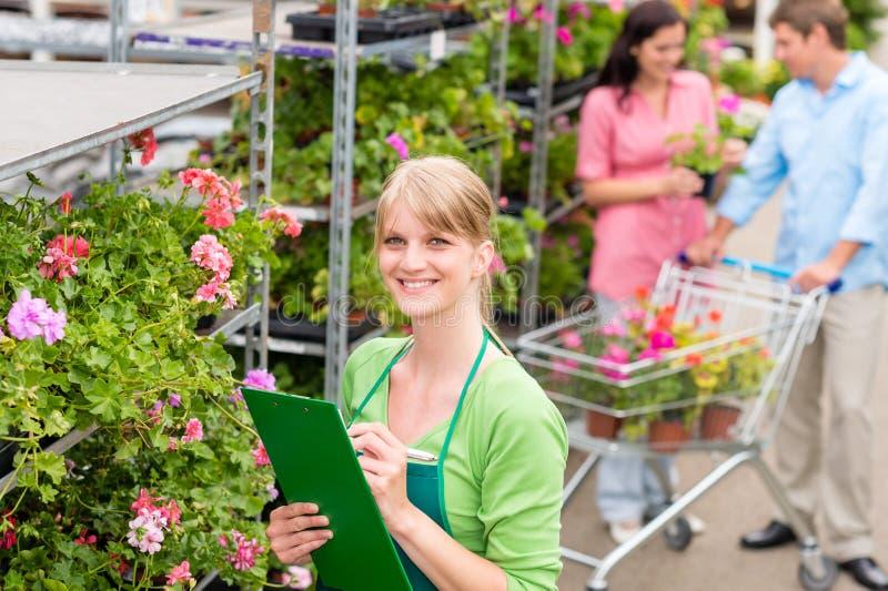 Blomsterhandlare på det trädgårds- mittdetaljhandelinventariet royaltyfri bild