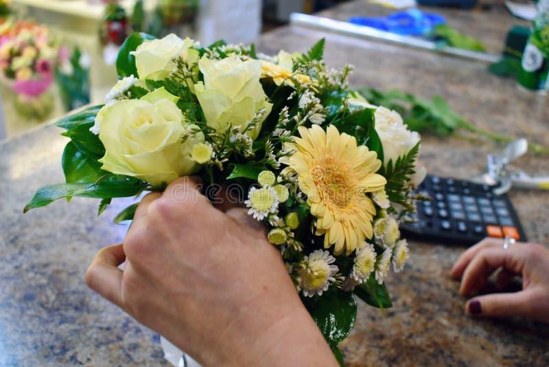 Blomsterhandlare p? arbete H?rligt arbete arkivfoto