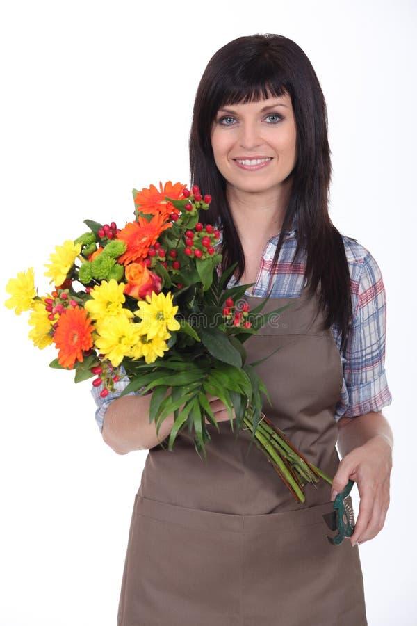 Blomsterhandlare som förbereder en bukett arkivbild