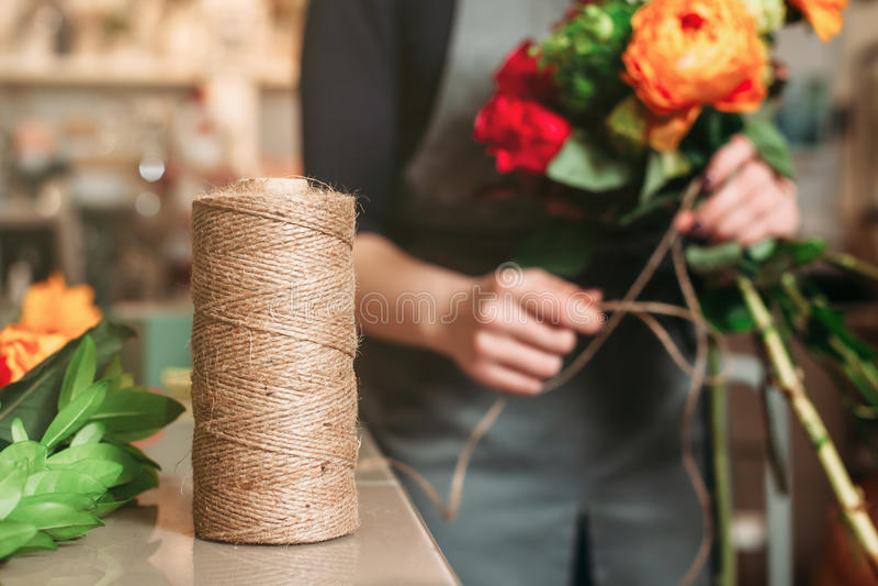 Blomsterhandlarearbete på blomsterhandeln arkivfoton