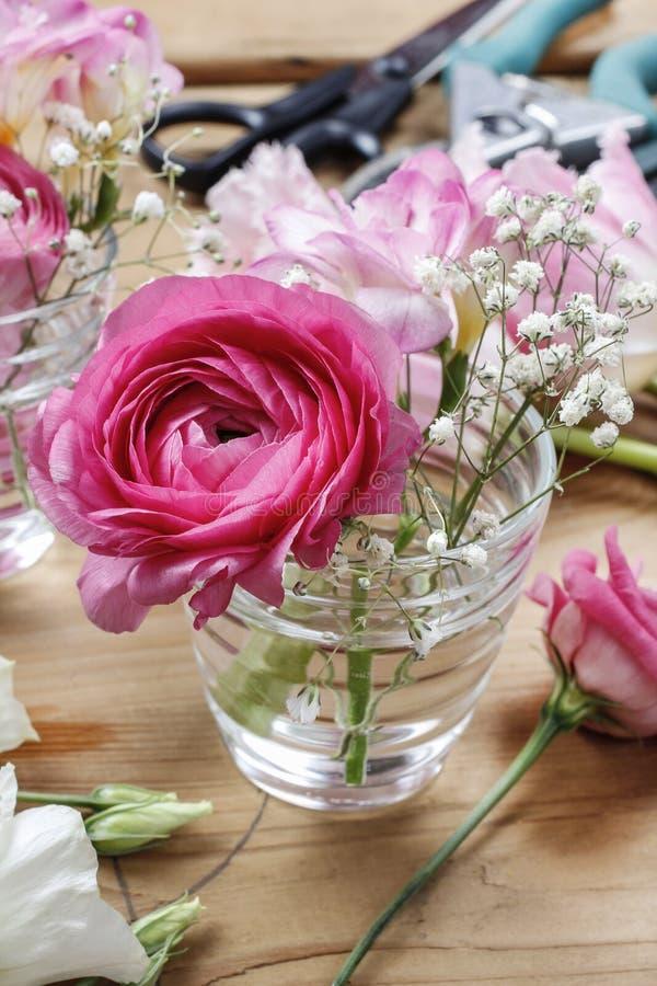 Blomsterhandlarearbetsplats: ofullständiga mycket små buketter royaltyfria bilder