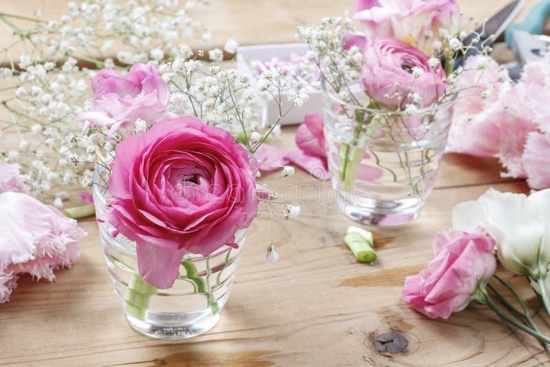 Blomsterhandlarearbetsplats: ofullständiga mycket små buketter arkivfoto